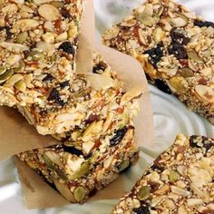 Looking for a tasty gluten-free snack? Try these homemade pumpkin seed power bars. Healthy Snack Bars, Healthy Treats, Healthy Desserts, Granola Barre, Pumpkin Seed Recipes, Power Bars, Energy Bars, Snacks Saludables, Roasted Pumpkin Seeds