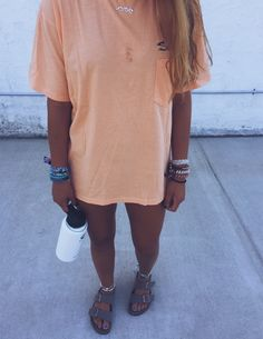 End Friday=> This kind of object for Tshirt DIY Too Small looks 100 % fantastic, ought to keep this in mind when I have a bit of cash saved up. Outfits For Teens, Trendy Outfits, Girl Outfits, Cute Outfits, Fashion Outfits, Camisa Hippie, Lange T-shirts, Oversized Shirt Outfit, Looks Style