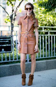 Chiara Ferragni investe em vestido chemise de couro caramelo, óculos de onça e botas de camurça marrom
