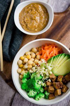 Ich hab mich verliebt – in Buddha Bowls! Buddha Bowls – das sind Schalen voller gesunder Köstlichkeiten. Sie sind nicht nur kunterbunt und super gesund, sondern auch noch super lecker. Mehr geht nicht. Oder doch? Ich setze noch einen drauf was den Inhalt betrifft: Richtig ist, was richtig gut schmeckt. Hier kann der Fantasie freien …
