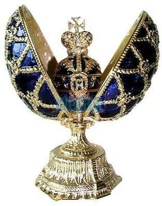 Love the Fabergé eggs but too many exploit the name of this fine house! This is a FAKE. NOT an Imperial egg! Objets Antiques, Fabrege Eggs, Faberge Jewelry, Egg Art, Vintage Perfume Bottles, Royal Jewels, Russian Art, Egg Decorating, Glass Art