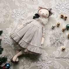 Не продается. Кошка Мона Авторская кукла. 40 см, голова на шплинте, ручки и ножки болтаются. Кукла полностью покрыта акрилом. Лицо расписано акрилом и пастелью, носик вышит. #аннаорляникова #авторскаяработа #кукларучнойработы #кошка #кукла #annaorlyanikova