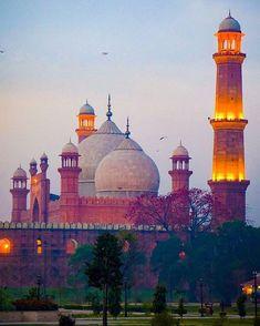 So beautiful photography of wonderful Badshahi mosque Lahore Punjab Pakistan Beautiful Mosques, Beautiful Buildings, Beautiful Places, Interesting Buildings, Pakistan Pictures, Le Taj Mahal, Places To Travel, Places To Visit, Pakistani Culture