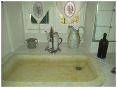 Lavandino in marmo antico e tende francesi. Piccoli oggetti recuperati da antichi casali.