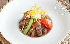 Çentik kebabı, Tapasuma'nın hünerli şefleri tarafından marinasyon karışımında bekleyen tavuk but eti, dana bonfile ve ızgara köfte ilavesiyle hazırlanıyor.