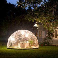 庭に光り輝く幻想的な半球体。こちらはイヌイットの一部に見られる雪で作られた半球型の住居形式「イグルー」から発想 […]