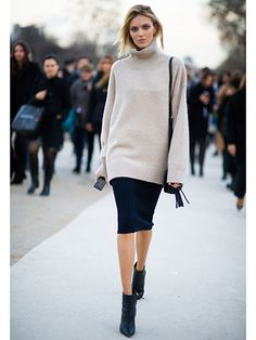Anja Rubik – Simple and elegant look. Below-the-knee skirt and ankle boots dress up the oversize sweater. Anja Rubik – Simple and elegant look. Below-the-knee skirt and ankle boots dress up the oversize sweater. New Street Style, Looks Street Style, Looks Style, Street Styles, Mode Outfits, Fall Outfits, Fashion Outfits, Fashion Trends, Skirt Outfits