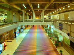 'Cromointerferencia de color aditivo' por Carlos Cruz Diez para el Aeropuerto Internacional de Maiquetia. Caracas, Venezuela.