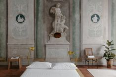 Numeroventi in Florence: A Modern Guest House in a Palazzo Vacation Homes For Rent, Vacation Home Rentals, Lofts, Architecture Classique, Lampe Art Deco, Affordable Vacations, Boutique Homes, Florence Italy, Light Table