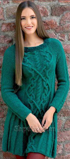 Изумрудное платье с узором из кос, вязаное спицами