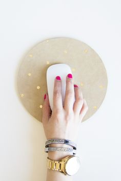 Pin for Later: DIY Home Gifts That Only Look Expensive Gilded Mouse Pad The simple gold polka dots on this DIY mousepad are absolutely lovely. Diy Ouro, Home Gifts, Diy Gifts, Homemade Gifts, Diy Projects To Try, Craft Projects, Metal Projects, Gold Diy, Gold Polka Dots