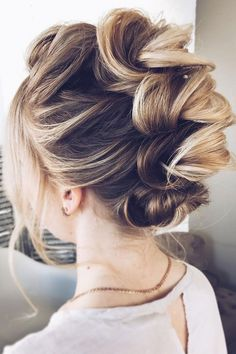 Check out these pretty wedding hairstyle inspiration,simple wedding hairstyle,elegant hairstyle inspiration,wedding hairstyle for long hair #HairstylesForWomen