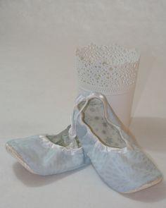 Paire de ballerines bleues et blanches à queue de rats et perles blanches by L'imaginarium de PetitPoi Pour compléter un déguisement de Reine des Neiges.
