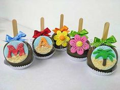 Maçãs no chocolate decoradas com o tema Moana da Disney Moana Birthday Party, Moana Party, Luau Party, Mermaid Birthday, Festa Moana Baby, Tropical Party, Dessert Buffet, Candy Apples, Alice