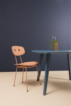 Bent dining chair in colour blush. Also available in coal, milk and mint!  Sqround dining table in blue  Tristan Frencken Dutch Design