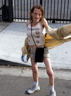 The crack princess! Looks like a bad combination of Dobbie (from HP) and Gollum (LOTR) yuck! i'm voting for the skank mother of the year from Breaking Bad. Funny Ugly People, Oh Hell No, People Of Walmart, Wtf Moments, Duck Face, Fashion Fail, Cringe, Funny Photos, Being Ugly