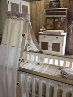 Uit eigen atelier, hemel voor wieg en ledikant. Dit is slechts een voorbeeld, u mag zelf bepalen hoe uw aankleding eruit komt zien!