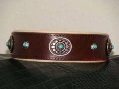 Halsband aus Blankleder mit Nappapolster und NIeten
