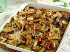 Scopri come preparare la teglia di funghi porcini e patate gratinata in forno, un piatto semplice ma gustoso, facilissimo da realizzare.