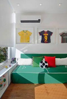 lit ado champ de football en vert et blanc avec des équipes de footballeurs et revetement sol en bois PVC
