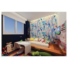 Projeto Manga! Nina ganhou um quartinho para explorar toda a sua criatividade! Tablado de madeira para pousar o colchão, cama auxiliar, rolo de papel na parede, prateleiras pros livrinhos, tapetinho lindo de crochê pra aquecer o piso frio, parede rosa degradê e cabeceira toda adesivada e iluminada. :) amando esse projeto!!!!! Ficando experts em quarto de criança!! #mangarosaarquitetura