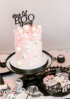 Halloween 1st Birthdays, Halloween First Birthday, Pink Halloween, Fete Halloween, Halloween Cakes, Girl First Birthday, Ghost Cake, Baby Shower Fall, Birthday Party Themes