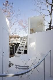 House before House - Sou Fujimoto - Utsunomiya (Japan) - 2009 Concept : les gens ne vivent pas que à l'intérieur, mais aussi dans les domaines extérieurs. Ici, la maison n'est pas qu'un espace délimité. Fujimoto à développé ce concept autour du village, avec des immeubles particuliers, escaliers et aires ouvertes. Intérieur et extérieur, la maison et le jardin sont pensé dans un continuum. Une interprétation à la fois intemporelle et futuriste. Tradition Japonaise de rapproché le naturel de…