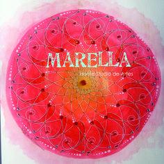 Mandala em aquarela com tons de vermelho, laranja e dourado. Representa o elemento fogo. Diâmetro médio de 25cm.  Moldura padrão branca