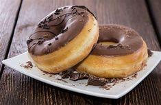 Donuty s čokoládou. Ilustrační foto.