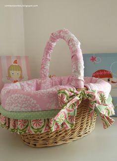 Cesto em verga forrado em tecido. Ideal para ter sempre à mão os produtos dos bebés Basket Liners, Wicker Baskets, Kids, Decor, Sew, Mantle, Luxury, Tejidos, Products