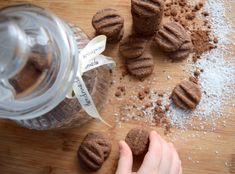 Vy jste to určitě všichni věděli, ale mně došlo až poměrně nedávno, že název Koka sušenek vyplývá z toho, že jsou kokosovo-kakaové… :)) No nevadí, tady máte rychlorecept pro jejich domácí přípravu. Připravte si: 1 žloutek 120g moučkového cukru 250g másla 100g kokosu 240g hladké mouky 3 lžíce kakaa špetku soli Příprava je úplně jednoduchá,… Stuffed Mushrooms, Food Porn, Cookies, Baking, Vegetables, Author, Stuff Mushrooms, Crack Crackers, Biscuits
