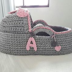 CURSO-TALLER DE COMO HACER HERMOSOS MOISÉS DE TRAPILLO TEJIDO MUY SIMPLES PASO A PASO Diy Crochet Basket, Crochet Gifts, Crochet Yarn, Crochet Shoes, Crochet Slippers, Baby Doll Bed, Knitting Dolls Clothes, Baby Baskets, Crochet Bookmarks