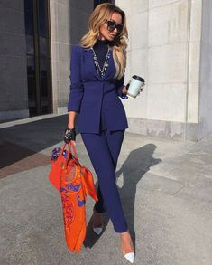 How To Wear A Scarf - 11 Elegant Ways The scarf is a must have accessory for any elegant woman and here are 11 ways on how to wear a scarf: learn how to buy a scarf and style it like a pro! Cute Fall Outfits, Classy Outfits, Chic Outfits, Fashion Outfits, Miami Outfits, Fashion Scarves, Girly Outfits, Fashion Jewelry, Mode Chic