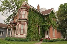 A Victorian is a house constructed during the Victorian era, a time when industrialization brought new building materials and techniques, resulting in rapid changes in architecture Victorian Style Homes, Georgian Homes, Victorian Houses, Victorian Gothic, Sims 3 Houses Ideas, House Ideas, Victorian Architecture, Home Pictures, My Dream Home