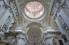 ヨーロッパ屈指の大きさを誇る旧市街が世界遺産に登録されている、リトアニアの首都ヴィリニュス。 ヴィリニュス観光の中心となるのが、あちこちに散らばる色とりどりの教会です。 「ヴィリニュス観光=教会めぐり」といっても過言ではないほど、ヴィリニュスは教会の多い街。狭い範囲に、さまざまな建築様式やさまざまな宗派の教会が点在する光景は壮観です。 ヴィリニュスに数ある教会のなかでも、バロックの街・ヴィリニュスを代表する記念碑的存在%