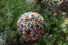 Garden balls tutorial showing how to make garden art balls with bowling balls or lamp globes and flat marbles. Garden Crafts, Garden Projects, Garden Fun, Crafty Projects, Gardening For Beginners, Gardening Tips, Pallet Gardening, Bowling Ball Art, Marble Ball