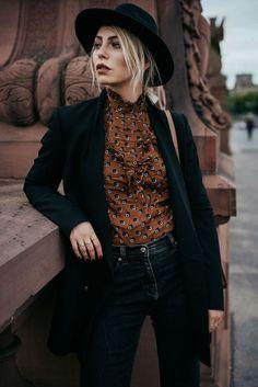 tenue boheme chic, chemise marron avec paire de jeans slim et blazer noir,  coiffure 7c8365f0e84