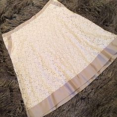 """Isaac Mizrahi cream and tan lace plus size skirt This plus size skirt is the perfect addition to any closet. This cream colored skirt is accented with a darker cream trim. This ribbon like trim is accented around the waist, on the pockets, and around the entire hem. L:24.5"""", W:19.5"""", H:24"""". For Target Isaac Mizrahi Skirts A-Line or Full"""