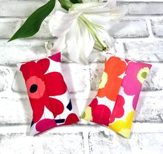 Marimekko Pocket tissue holder, included a Kleenex pocket tissue with Free gift wrapping. Cowhide Bag, Marimekko Fabric, Yarn Storage, Cat Bag, Ribbon Wrap, Red Poppies, Tissue Holders, Small Gifts, Scandinavian Design