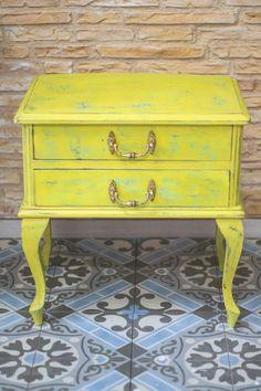 Nuestra mesilla restaurada de estilo vintage, industrial, en decapado amarillo, y azul, combinaciones modernas para piezas antiguas.