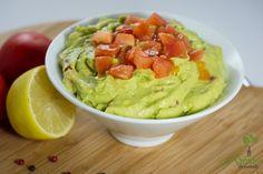 Guacamole sauavocado cu rosii; o reteta pe cat de simpla, pe atat de sanatoasa si savuroasa. Eu obisnuiesc sa le daucopiilor aceasta salata dimineata, avand un continut mare de acizi graşi omega 3, proteine, enzime, fibre, magneziu, fier, cupru, vitamine din complexul B şi potasiu. Atentiecand cumperi avocado! Fructul nu trebuie saprezinte lovituri sau zgarieturi Read more