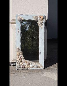 Bringen Sie den Strand ein bisschen näher an Ihr Zuhause mit diesem neu gestalteten antiken Spiegel. Sorgfältig destressed und mit verschiedenen Farben blau und weiß auf einem dunklen gemalt erste...