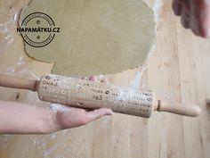 Postup při pečení máslových sušenek s embosovaným válečkem.