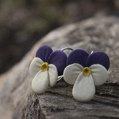 Maceška+zahradní+-+náušnice+Originální,+ručně+vyrobené+květy+(cca+1,7+x+2,2+cm)+na+uzavíratelných+náušnicových+háčcích+stříbrné+barvy.+Květiny+jsou+vyrobené+z+velmi+lehké+polymerové+hmoty+claycraft.+Chraňte+před+stykem+s+vodou+-+lehký+deštík+ani+pot+však+květinám+neublíží:)+Tento+výrobek+se+účastní+soutěže+klubu+Polární+záře.