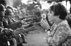 Jan Rose Kasmir at a demonstration against the Vietnam War, Washington, D.C., October 21/ Marc Riboud / 1967