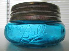 TURQUOISE BALL MASON WIDEMOUTH SQUATTY HALF PINT JAR & GALVANIZED LID Old Glass Bottles, Antique Bottles, Vintage Bottles, Bottles And Jars, Vintage Glassware, Ball Canning Jars, Ball Jars, Vintage Mason Jars, Blue Mason Jars