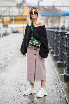 Entspannt. Aylin König matcht Highstreet-Items wie Zara-Rock und H&M-Pullover mit High Fashion. Die moosgrüne Prada-Tasche und Balenciaga-Sneakers machen aus Durchschnittsware einen coolen Fashion-Week-Look.