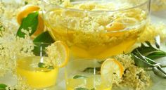 Homemade Lemonade: (recipe translates easily into English). Healthy Drinks, Healthy Recipes, Healthy Food, Cupcake Favors, Homemade Lemonade, Mellow Yellow, Saveur, Cocktail Recipes, Cocktails