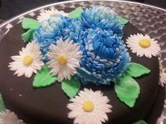 Daisies and chrysanthemum cake Chrysanthemum, Daisies, Cakes, Daisy Flowers, Cake, Pastries, Torte, Animal Print Cakes, Bellis Perennis