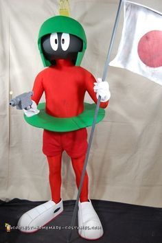 These are the coolest step-by-step, DIY instructions on how to make this awesome, prize-winning Marvin the Martian Halloween costume! Hallowen Costume, Halloween Costume Contest, Halloween Kostüm, Halloween Sewing, Homemade Costumes, Diy Costumes, Adult Costumes, Costume Ideas, Cosplay Costumes